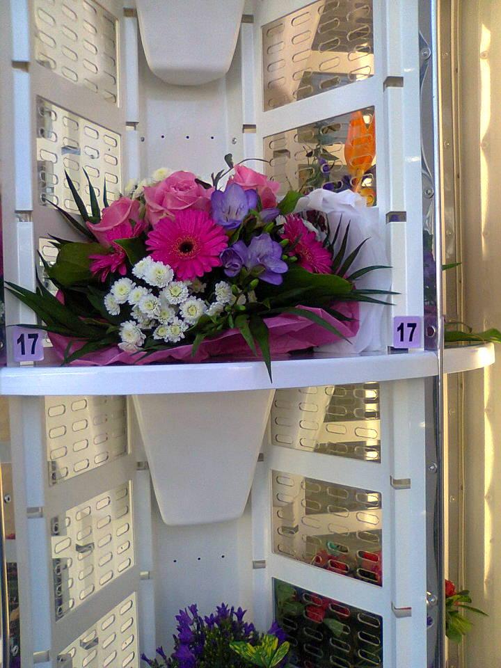 Friske buketter, dekorationer, planter og gavekurve i blomsterautomaten