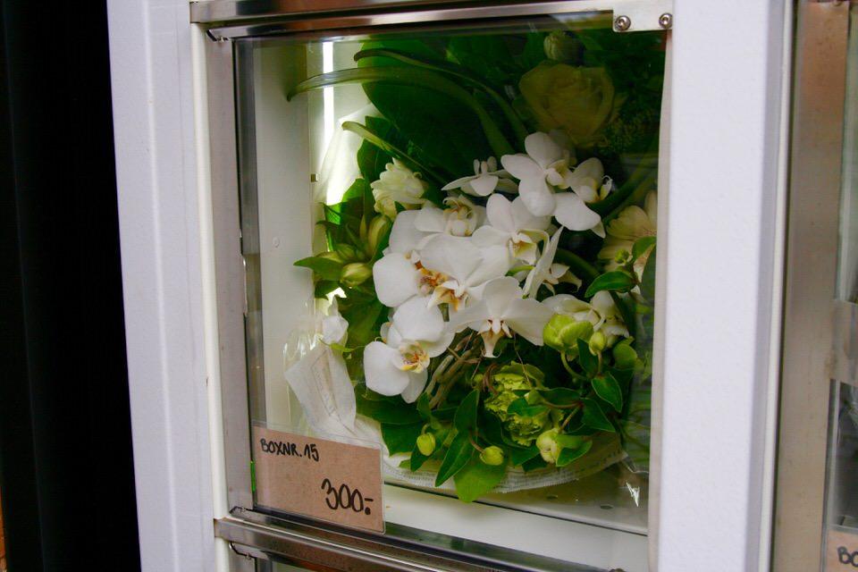 Friske blomster bag lugen i blomsterautomaten