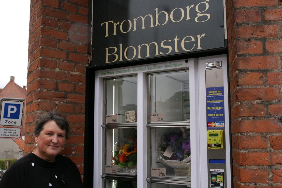 Karin Høeg Johansen og blomsterautomaten ved Tromborg Blomster i Horsens