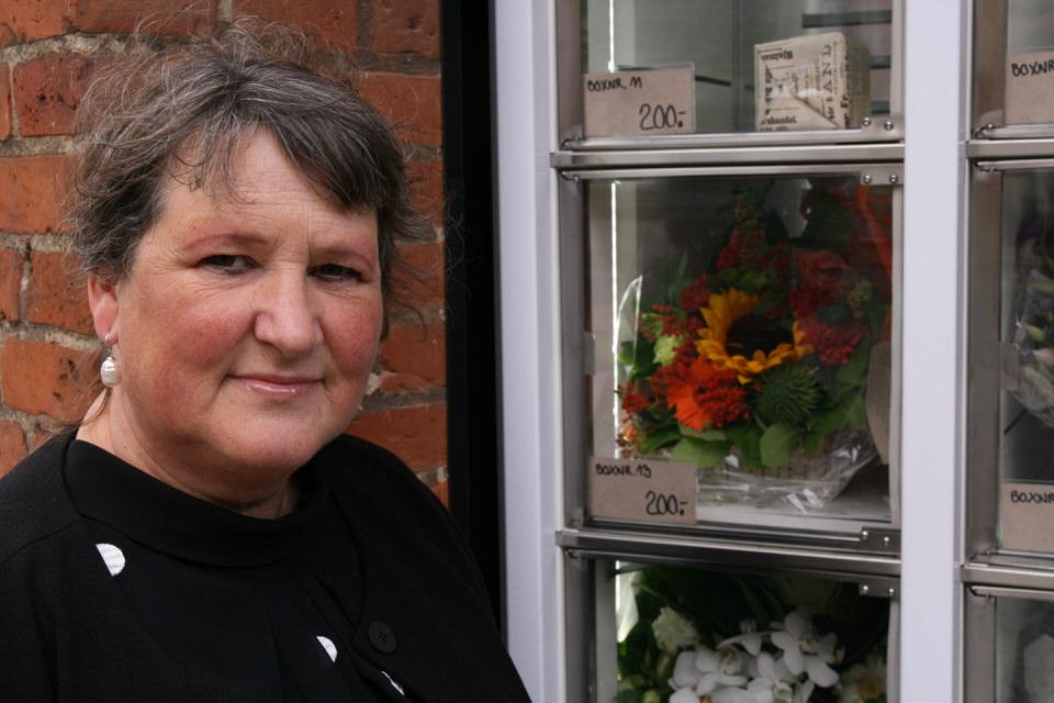 Karin Høeg Johansen ved en blomsterautomat i Horsens