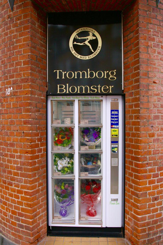 Ved Tromborg Blomster i Horsens er blomsterautomaten bygget ind i en gammel dør.