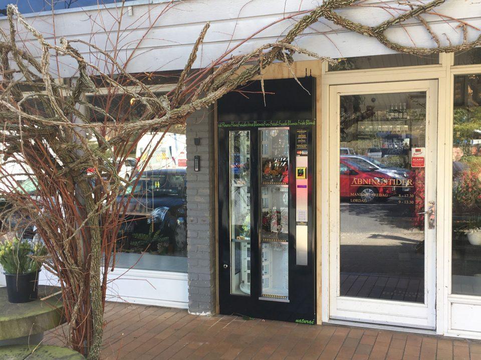 Blomsterautomaten kan stå lige uden for butikken, så den altid er tilgængelig